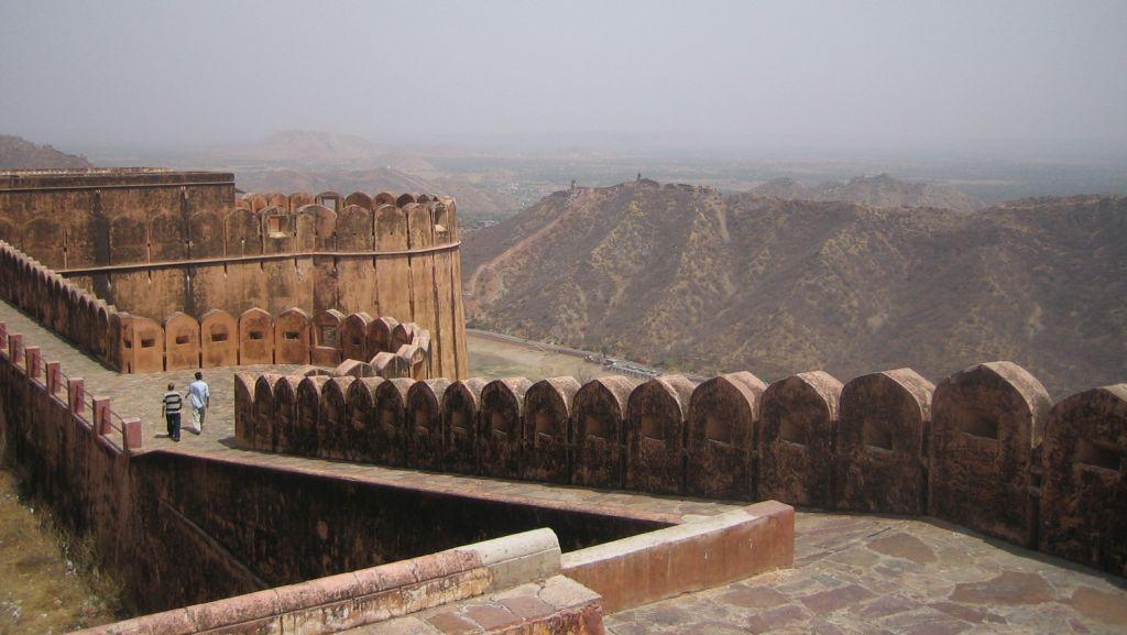 auch bei Jaipur gibt es eine große Mauer