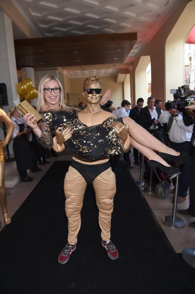 Moderatorin Eva Grünbauer läßt sich goldig auf Händen tragen