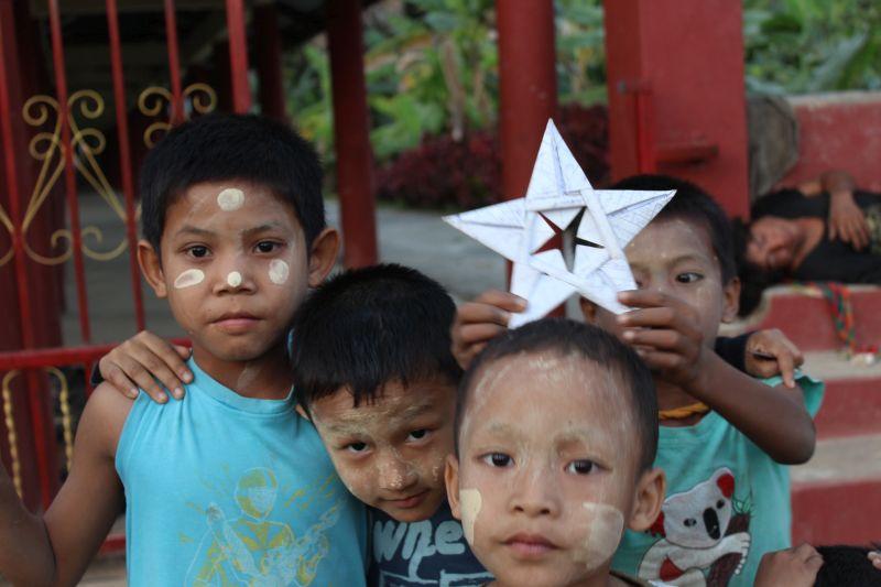 Kinder vor der Fledermaushöhle