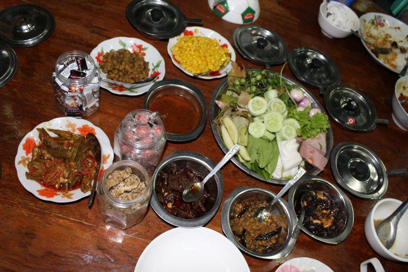 typisches Shanbuffet mit verschiedenen hausgemachten Chutneys