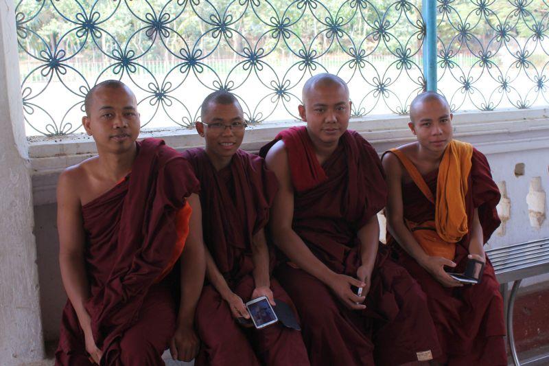 nicht ohne mein Handy gilt auch für Mönche!