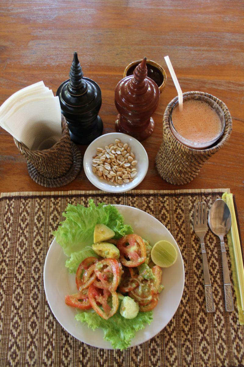 Avocado-Tomatensalat und Fruitshake à la Little bit of Bagan