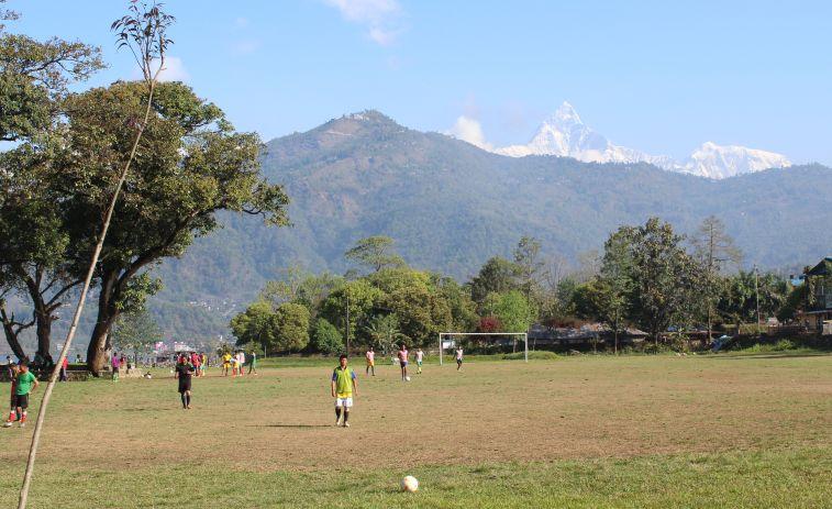 Fußballtraining mit Aussicht in Pokhara