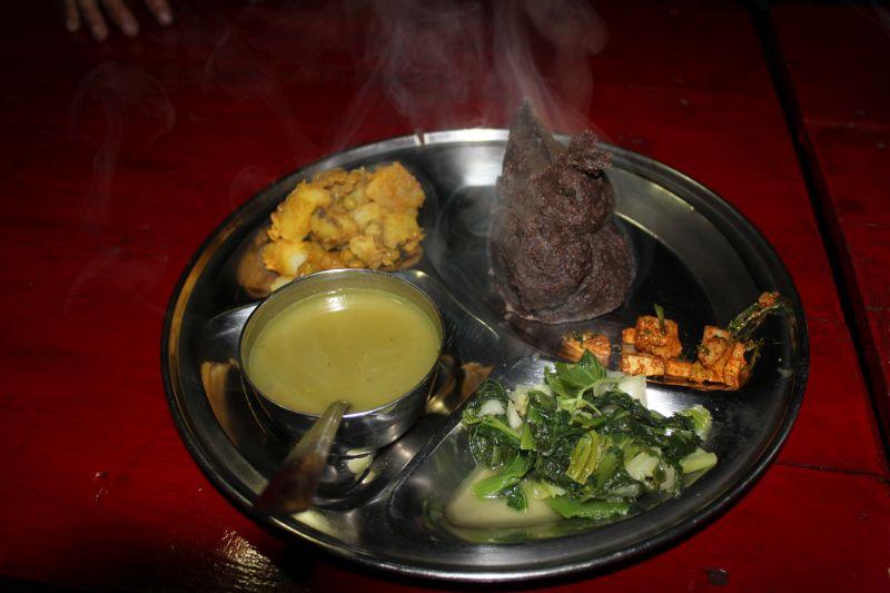 Dal Bat à la Happy Heart mit Linsensuppe, Spinat, scharfen Pickles, Gemüsecurry und Hirsebrei statt Reis