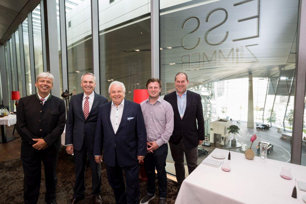 Prof. Volkmar Nüssler, BMW-Vorstand Dr. Friedrich Eichiner, Eckart Witzigmann, 3 Sternekoch Kevin Fehling und Otto Geisel im EssZimmer der BMW Welt © BMW