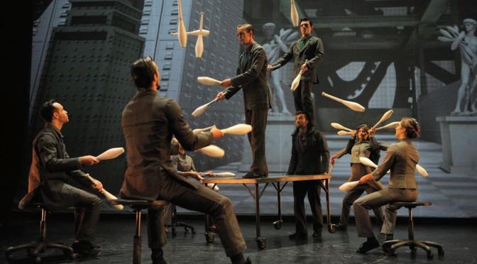 Fantastische Tanz-Akrobatik vor Metropolis-Kulisse