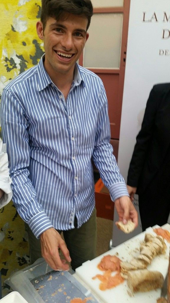 nicht Thomas Müller, sondern Andrea Menichelli vom Eataly bereitet die leckeren Brotschnitten vor