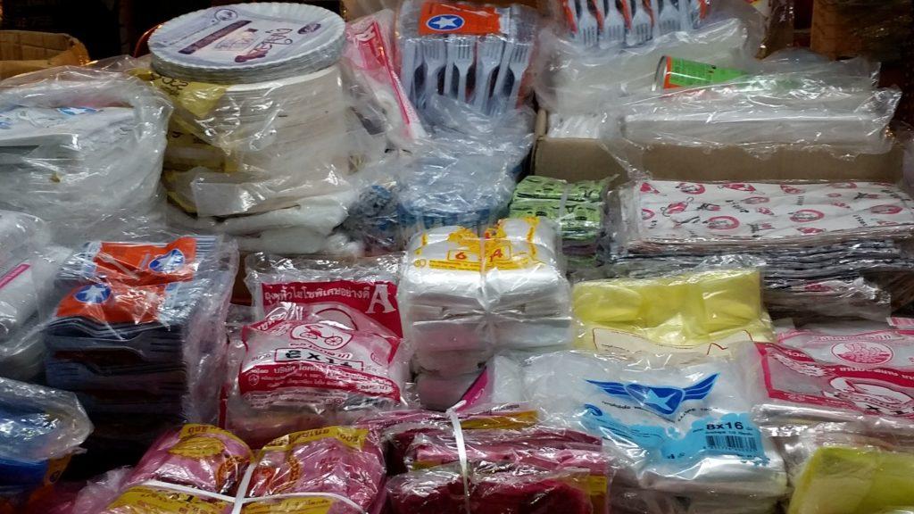 als wenn es gratis ist, mehr Plastik als zuvor auf dem Night-Market in Krabi, Thailand