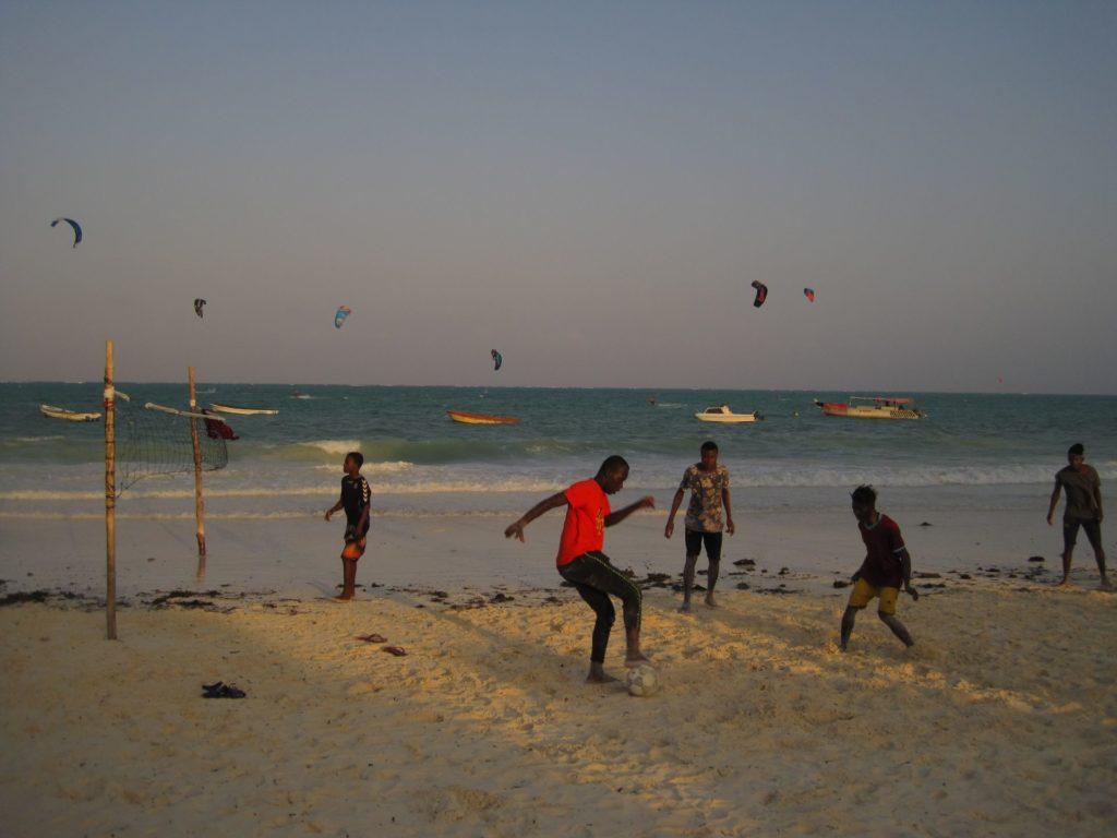 Fußball am Strand von Sansibar